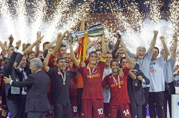 Capitan Totti & the rest of the Roma team celebrate the victory