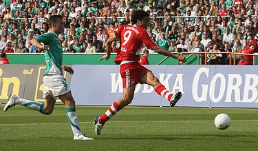 Luca Toni scores for Bayern's 2nd goal