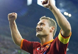 Francesco Totti celebrates the Super Cup victory