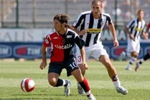 Giorgio Chiellini tries to contain Pasquale Foggia. The Cagliari youngster was a constant thorn in the Juve defense today.