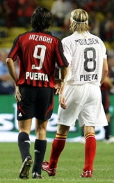 Inzaghi and Poulsen wearing the team shirts in honor of Antonio Puerta