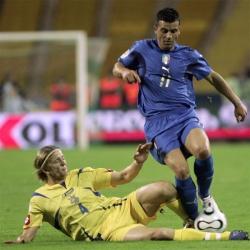 Anatoliy Tymoschuk tries to block Antonio Di Natale