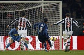 Julio 'El Jardinero' Cruz opens the score for Inter