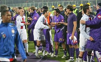 Fiorentina and Inter players fraternizing at the end of the match