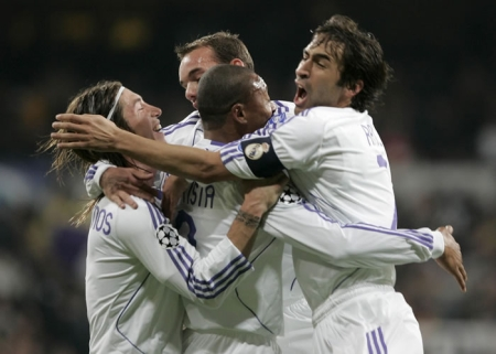 http://www.mcalcio.com/wordpress/wp-content/uploads/2007/12/real_madrid_players_celeb.jpg