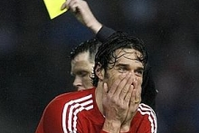 Luca Toni cannot believe his eyes when the ref shows him the yellow card, in the match vs. Arminia Bielefeld