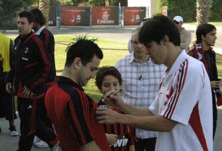 5.Kaka signing autographs