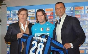 Maniche, age 30, presented with his new Inter nº28 shirt alongside Marco Branca and Gabriele Oriali