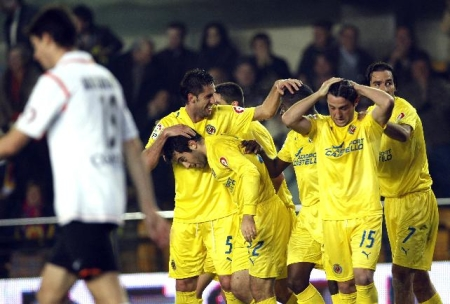 The Villareal players celebrate during their match vs. Valencia (Rossi featured with his head down, nº22 jersey)