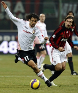 Amauri tries to get away from Andrea Pirlo
