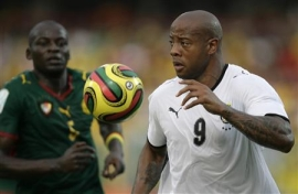 Ghana's Junior Agogo (R) drives ahead of Cameroon's Timothee Atouba during their semi-final match at the African Nations Cup soccer tournament in Accra, February 7, 2008.