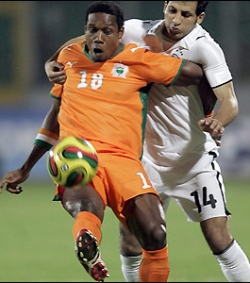 Abdelkader Keita trying to keep the ball away from Sayed Moawad