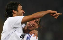 Raúl and Sergio Ramos celebrate the Real Madrid lead