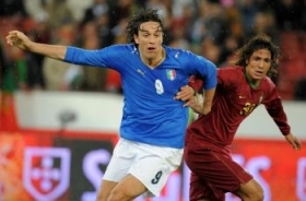 Luca Toni tries to get rid of Bruno Alves