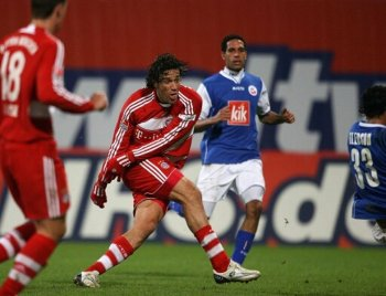 Luca Toni scores the 2-0 for Bayern, in the match against Hansa Rostock.