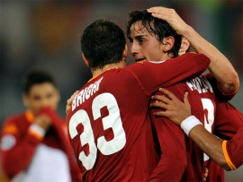 Alberto Aquilani celebrates the Roma lead