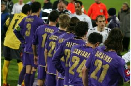 Fiorentina and Everton players shake hands at the end of the game