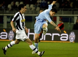 Marek Hamsik attempts a shot in the Juve-Napoli game