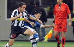 Cristian Molinaro (left) tries to dispossess Luis Jiménez from the ball