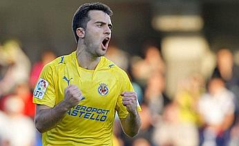 Giuseppe Rossi celebrates after scoring his penalty-kick, Villareal lead 2-0 over Zaragoza