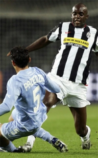 Momo Sissoko (right) fights for possession of the ball against Michele Pazienza
