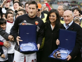 Francesco Totti (left) with Roma honorary president Rossella Sensi (center), and Giacomo Losi (right)