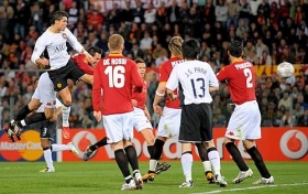 Cristiano Ronaldo's header gives United the lead (April 1, 2008 - UEFA Champions League - Roma 0-2 Manchester United)