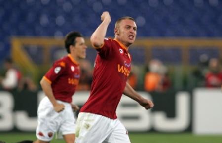 Daniele De Rossi shows his determination after scoring the 3-2 goal vs. Genoa