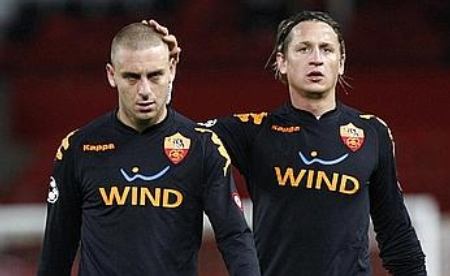 Daniele De Rossi (left) is consoled by Philippe Mexès (Manchester United vs. Roma, UEFA Champions League Quarter-Finals)
