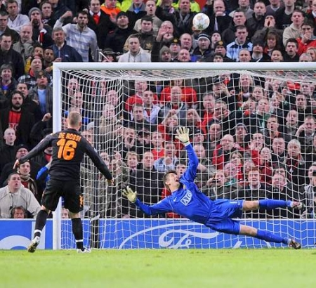 Daniele De Rossi sends his penalty kick strike over the bar (Manchester United vs. Roma, UEFA Champions League Quarter-Finals)