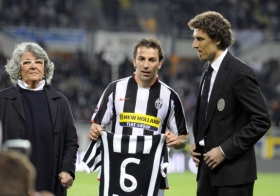 Before the match, Alessandro Del Piero's (center) 553rd match with Juventus is acknowledged by Gaetano Scirea's wife (left) and son (Juventus vs. AC Milan, Serie A Matchday 33, April 12, 2008)