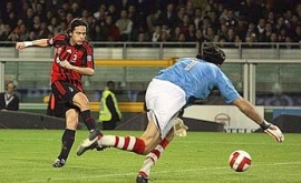 Pippo Inzaghi picks up Daniele Bonera's pass and scores the 2-1 goal for AC Milan (Juventus vs. AC Milan, Serie A Matchday 33, April 12, 2008)