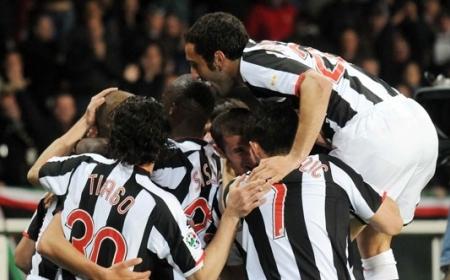 Juventus players celebrate (Juventus vs. AC Milan, Serie A Matchday 33, April 12, 2008)
