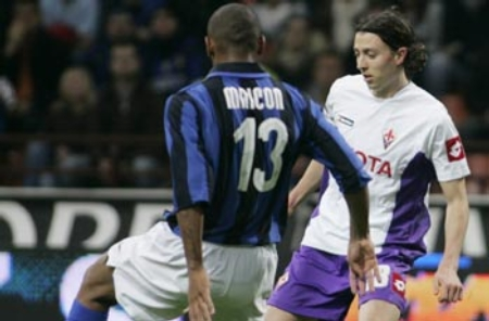 Inter defender Maicon (left) tries to stop Fiorentina's Riccardo Montolivo (Inter Milan vs. Fiorentina, Serie A Matchday 33, April 13, 2008)
