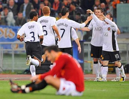The Man Utd players celebrate after Rooney's 2-0 tally (April 1, 2008 - UEFA Champions League - Roma 0-2 Manchester United)