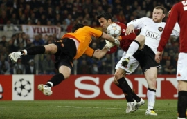Doni in full extension, can't quite get a grip of the ball, and Rooney's about to say thanks very much (April 1, 2008 - UEFA Champions League - Roma 0-2 Manchester United)