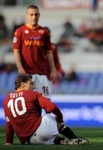 AS Roma\'s captain Francesco Totti has to leave the field after a knee injury (Roma 1-1 Livorno, Serie A Matchday 34, April 19, 2008)