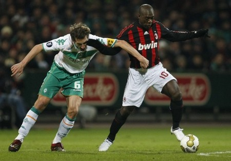 Werder Bremen's Frank Baumann (L) challenges AC Milan's Clarence Seedorf during their UEFA Cup soccer match in Bremen February 18, 2009.  (REUTERS)