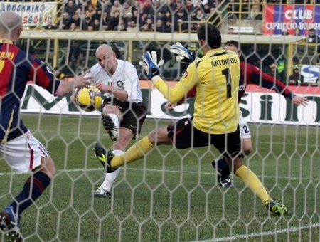 Inter Milan's Esteban Cambiasso (L) shoots and scores against Bologna during their Italian Serie A soccer match at the Dall'Ara stadium in Bologna February 21, 2009. (REUTERS)