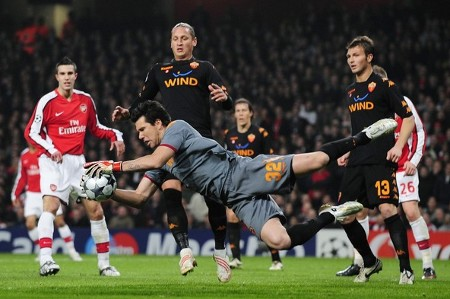 AS Roma's goalkeeper Doni (C) holds on to the ball during their Champions League soccer match against Arsenal at the Emirates stadium in London February 24, 2009.  (REUTERS)