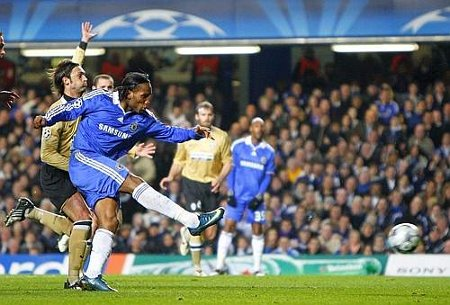 Chelsea's Didier Drogba, centre, shoots the ball to score, during the Champions League round of 16 first leg soccer match between Chelsea and Juventus at Stamford Bridge stadium in London, Wednesday, Feb. 25, 2009.