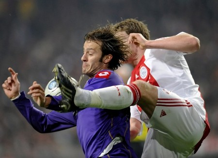 Fiorentina's Alberto Gilardino (L) fights for the ball with Jan Vertonghen of Ajax Amsterdam during their UEFA Cup soccer match at the Arena Stadium in Amsterdam February 26, 2009. (REUTERS)