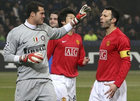 Manchester United's Ryan Giggs (R) reacts after missing a scoring opportunity, as Inter Milan's goalkeeper Julio Cesar (L) gestures, during their Champions League soccer match at San Siro stadium in Milan February 24, 2009. (REUTERS)