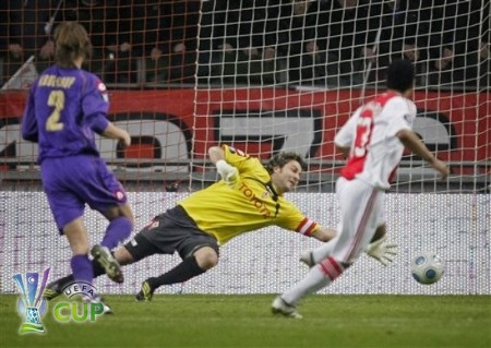 Ajax player Leonardo, right, scores 1-1 as Fiorentina goalkeeper Sebastien Frey, center, dives to stop the ball during their UEFA Cup round of 32 second leg soccer match at ArenA stadium in Amsterdam, Netherlands, Thursday Feb. 26, 2009. Ajax continues to the next round. (AP Photo)