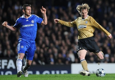 Chelsea's midfielder Frank Lampard (L) fights for the ball with Juventus Czech midfielder Pavel Nedved during their Champions League first knockout round football match, at Stamford Bridge stadium in London on February 25, 2009. (AFP/Getty Images)