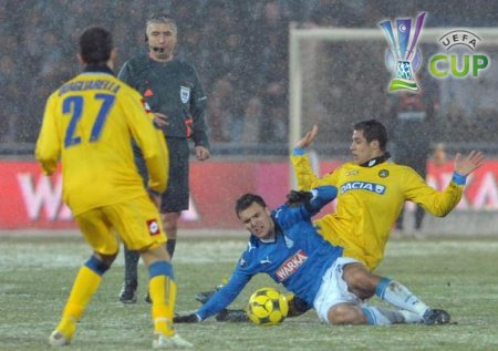Udinese's Alexis Sanchez (R) fights for the ball against Lech Poznan's Grzegorz Wojtkowiak during their UEFA Cup soccer match at the Stadium in Poznan February 19, 2009. Fabio Quagliarella (L) looks on. (REUTERS)