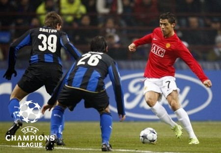 Manchester United Portuguese forward Cristiano Ronaldo, right, challenges for the ball with Inter Milan forward Davide Santon, left, and Romanian defender Cristian Chivu during a Champions League, Round of 16, first leg soccer match, at the San Siro stadium in Milan, Italy, Tuesday, Feb.24, 2009. (AP Photo)