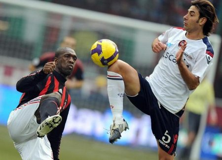 AC Milan's Clarence Seedorf (L) fights for the ball with Cagliari's Daniele Conti during their Italian Serie A soccer match at the San siro stadium in Milan February 22, 2009. (REUTERS)