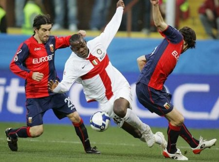 Genoa's Ivan Juric (L) and Giuseppe Biava (R) challenge Inter Milan's Mario Balotelli during their Serie A soccer match at the Ferraris stadium in Genoa March 7, 2009.  (REUTERS)