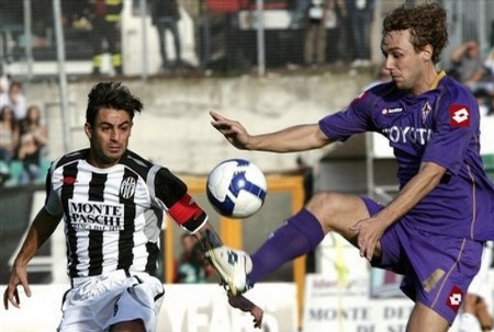Fiorentina 's Marco Donadel, right, and Siena's Simone Vergassola vie for the ball during their Italian first division soccer match, at the Artemio Franchi stadium in Siena, Italy, Sunday, Nov. 2, 2008. (AP Photo)
